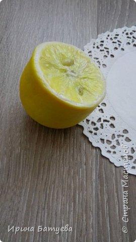 Здравствуйте, дорогие мастера и мастерицы! Насмотревшись на лимончик Инны Голубевой, я решила попробовать сделать этот цитрус. У меня он выполнен в другом разрезе. Постараюсь выложить МК на него, в процессе изготовления не избежала ошибок, о которых расскажу обязательно! Как не надо делать... ))))). Ну а если вкратце внутри лимона - фольга ( это очень экономит глину и облегчает вес готового изделия), сверху тонкий слой эпоксидной смолы. Полимерная глина использована тайская Modern clay (синяя этикетка), то есть самый обычный ХФ. Косточки тоже из нее. фото 3