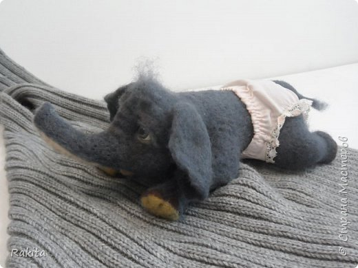 Здравствуйте жители СМ! Сегодня хочу показать слоненка, сероглазого малыша в розовых трусах. Выполнен в технике сухого валяния, глаза из полимерной глины расписаны вручную акрилом. Хобот на проволочном каркасе, можно гнуть. фото 4