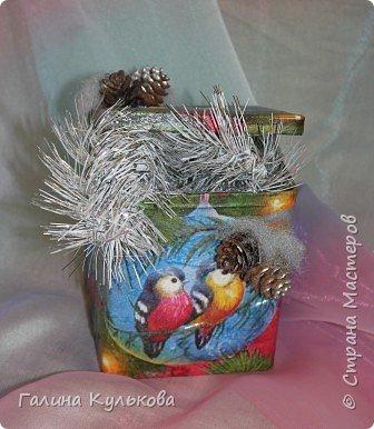 Вот так с помощью простых салфеток и природного материала, обычная металлическая коробка превратилась в яркую, новогоднюю шкатулку.