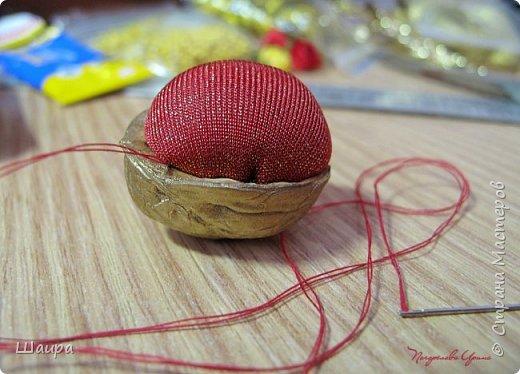 МК для школьников 8-9 лет. Поэтому подробно опишу процесс изготовления вот таких милых маленьких игольниц. Идею игольницы в скорлупке от орешка увидела в инете. А дальше... как подсказала фантазия. фото 5