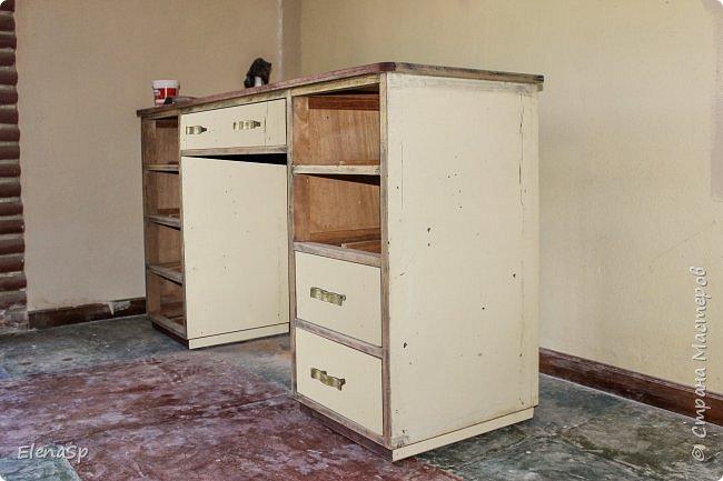 В наследство к старому дому (более 100 лет) нам досталось куча мебели времен бабушки и дедушки моего мужа, да и просто вся ненужная-немодная мебель свозилась в этот дом. Так что полета для фантазии много :) Переделала этот замечательный стол под свои нужды, ханить краски, нитки и прочие сокровища. Тем более размер у стола очеь удобный , есть где поставить швейную машинку и еще останется место на другое . рукодлие.. фото 1