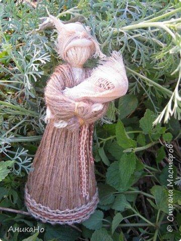 Вот такие Лялишны. Куколки сделанные из джута, часть его отбелила, а часть покрасила чаем. Вся тесьма и фартушки сотканы в ручную. фото 9