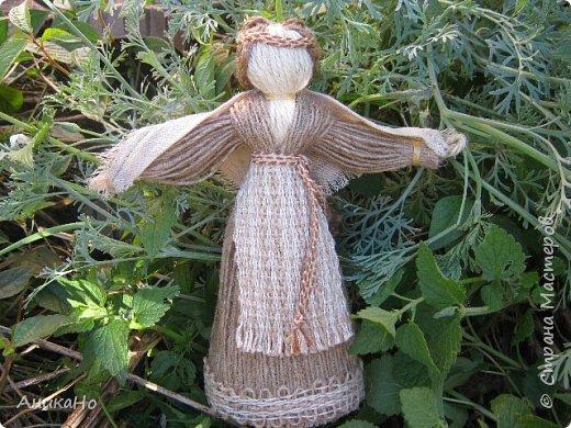 Вот такие Лялишны. Куколки сделанные из джута, часть его отбелила, а часть покрасила чаем. Вся тесьма и фартушки сотканы в ручную. фото 4