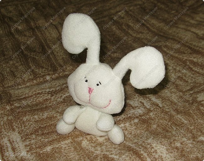 Доброго времени суток всем жителям Страны. Сшила вот такого позитивного маленького зайчонка в подарок взрослому МУЖЧИНЕ 1 года от роду.  фото 2