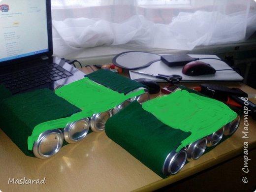 """Примерная конструкция взята с просторов интернета, автора не знаю, я танк немного модернизировала, добавив второй ряд """"колес"""" Использовала: картон, гофрированную бумагу двух оттенков (темный и светло зеленый), кусочек белой бумаги, ненужный карандаш (можно коктейльную трубочку) для пушки. А так же напитки, сухарика, рыбу. фото 4"""