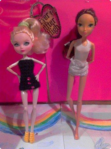 Привет, СМ! Лето кончилось, а у нас ещё тепло:))  В этом блоге я вместе с Эпл Космической выкладываю 7 платьев. У Эппл на фото вязанное черное платье, а у Самиры шитое, белое. Вот они собираются на прогулку. (извинюсь, качество плохое)  Э: Глянь, какая я в ВК красивая. вот только сегодня выложила, а уже 120 лайков. Выходит, я теперь популярна. С: Да, я тебе 3 лайка поставила.  фото 3