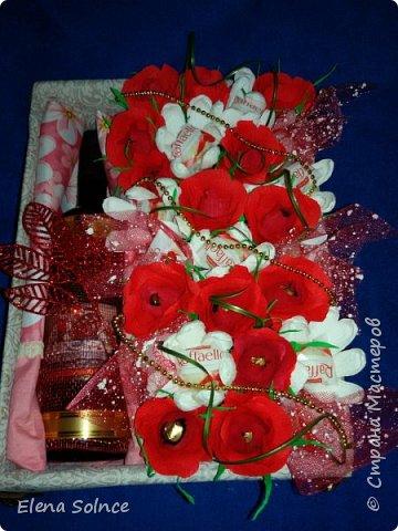 Молодой человек хотел сделать приятное своей даме. Ей очень понравилось (доставку, так получилось, делала я сама). Бутылка вина Грузинского, марсианка-200гр и коробка рафаэлло. Очень хотелось сделать коробочку и была счастлива предоставившейся возможности.  фото 1