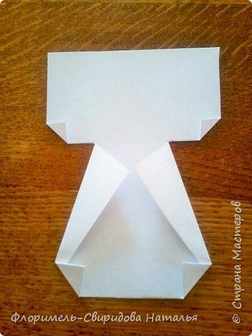 Эти 4 поделки выполняются по схожему принципу. Для работы нам понадобятся: - прямоугольные листы бумаги (размер значения не имеет, это может быть и альбомный лист, и тетрадный, и лист из блокнота); - простой карандаш для дорисовки поделки (глазки, носик, ротик и др. детали). Контур, нарисованный карандашом, впоследствии лучше обвести черным фломастером. Для раскрашивания  поделки можно использовать цветные карандаши, фломастеры, или восковые мелки.  Один из вариантов раскрашивания: мелкие детали раскрасить фломастером, а крупные -  карандашами или восковыми мелками.  фото 6