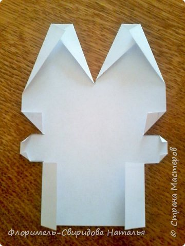 Эти 4 поделки выполняются по схожему принципу. Для работы нам понадобятся: - прямоугольные листы бумаги (размер значения не имеет, это может быть и альбомный лист, и тетрадный, и лист из блокнота); - простой карандаш для дорисовки поделки (глазки, носик, ротик и др. детали). Контур, нарисованный карандашом, впоследствии лучше обвести черным фломастером. Для раскрашивания  поделки можно использовать цветные карандаши, фломастеры, или восковые мелки.  Один из вариантов раскрашивания: мелкие детали раскрасить фломастером, а крупные -  карандашами или восковыми мелками.  фото 25