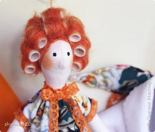 Куколка сидит, но у нее есть петелька, можно подвесить. фото 2