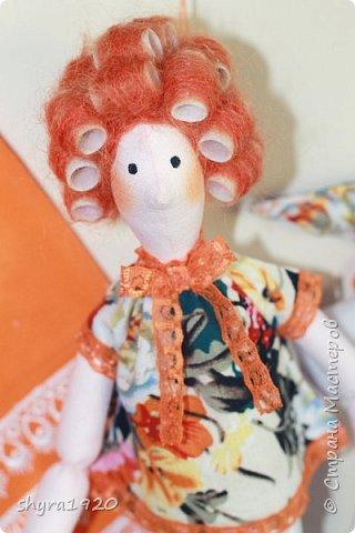Куколка сидит, но у нее есть петелька, можно подвесить. фото 4