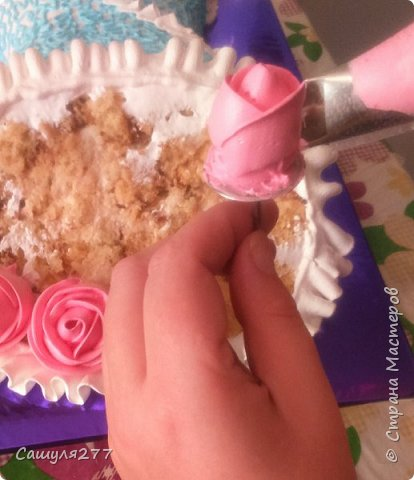 Добрый вечер, Страна. Как и обещала, при первой же возможности сделала несколько фото того, как я делаю розы из крема. Возможно, кому-то пригодится.  Сразу прошу прощения за качество фото, торт делала ночью, поэтому и фото не особо хорошие. фото 11