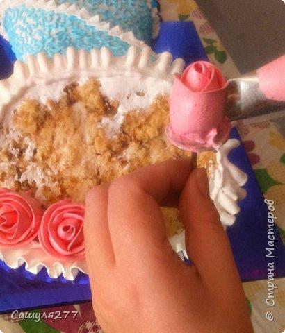 Добрый вечер, Страна. Как и обещала, при первой же возможности сделала несколько фото того, как я делаю розы из крема. Возможно, кому-то пригодится.  Сразу прошу прощения за качество фото, торт делала ночью, поэтому и фото не особо хорошие. фото 12
