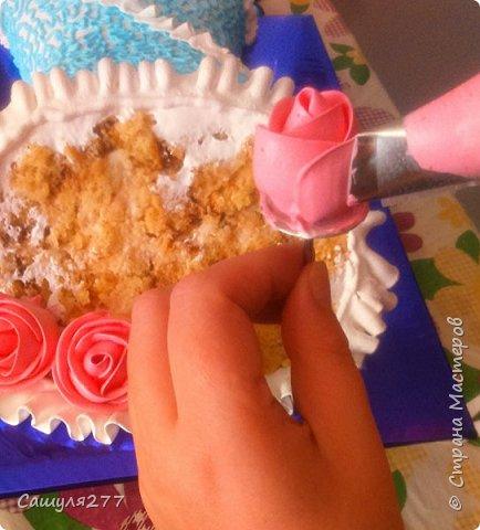 Добрый вечер, Страна. Как и обещала, при первой же возможности сделала несколько фото того, как я делаю розы из крема. Возможно, кому-то пригодится.  Сразу прошу прощения за качество фото, торт делала ночью, поэтому и фото не особо хорошие. фото 13
