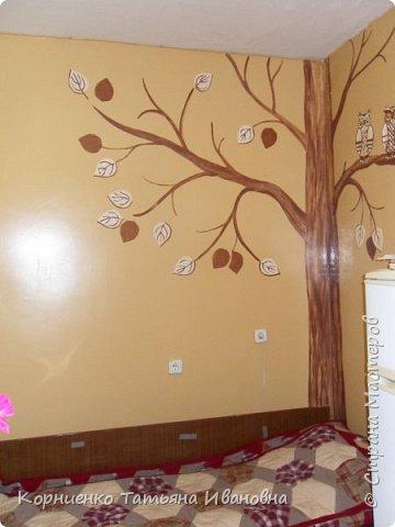 Наконец-то я довела ремонт на кухне до конца. Фотоаппарат как всегда немного искажает цвет. Стены окрашены в более светлый бежевый цвет.Почему нарисовала дерево? Живём слишком высоко, мама уже на улицу не выходит. Вот вроде природа и поближе к ней. фото 4