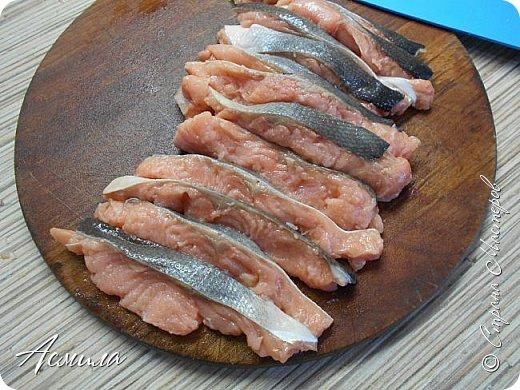 """Здравствуйте, здравствуйте! Предлагаю вам испробовать оочень вкусный, сочный  пирог с горбушей, один из любимых в нашей семье. Все, кто пробовал его, полностью меняют своё отношение к рыбным пирогам.  От стадии """"я с рыбой не ем"""" быстро переходят к следующей: """"ещё хочу"""" )). фото 6"""