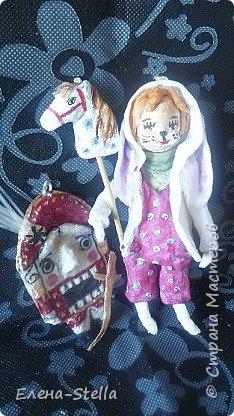 """Здравствуйте Друзья и жители СМ! Еще один зайчик-побегайчик!  Вата - 13 см. Каждая игрушка для меня как ребенок. Конечно, не всегда, все получается. но все они мне дороги. Когда я была на выставке игрушек. то часто слышала -"""" Я тоже так могу!"""" Творите с детьми и сами - это очень интересно! Описание одежды:  Ушастая курточка белого цвета - 1 шт Комбез с кармашками - 1 шт. Полувер - 1 шт. Лошадка - 2 шт. (одна лошадка - самоотвердевающая глина и вата, а вторая лошадка в технике сухая вата)  фото 4"""