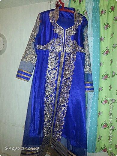 Посчастливилось мне шить наряды для индийских/пакистанских девушек. Здесь продается вся это красота комплектами. Ткань для шальваров, или юбки, ткань для подкладки  и полуготовые вышитые детали для анаркали. К ним еще шаль - дупатта. Конечно же, чем дешевле комплект, тем ниже качество ткани и вышивки.  Здесь видно, что по переду тянет ткань из за канта. Но так  как это уже все готовое, практически исправить  ничего нельзя. фото 3