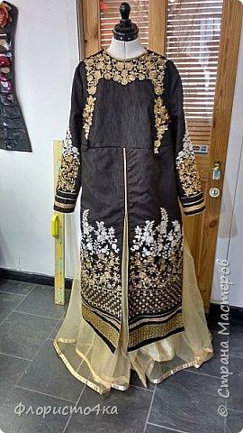 Посчастливилось мне шить наряды для индийских/пакистанских девушек. Здесь продается вся это красота комплектами. Ткань для шальваров, или юбки, ткань для подкладки  и полуготовые вышитые детали для анаркали. К ним еще шаль - дупатта. Конечно же, чем дешевле комплект, тем ниже качество ткани и вышивки.  Здесь видно, что по переду тянет ткань из за канта. Но так  как это уже все готовое, практически исправить  ничего нельзя. фото 1