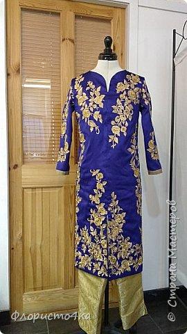 Посчастливилось мне шить наряды для индийских/пакистанских девушек. Здесь продается вся это красота комплектами. Ткань для шальваров, или юбки, ткань для подкладки  и полуготовые вышитые детали для анаркали. К ним еще шаль - дупатта. Конечно же, чем дешевле комплект, тем ниже качество ткани и вышивки.  Здесь видно, что по переду тянет ткань из за канта. Но так  как это уже все готовое, практически исправить  ничего нельзя. фото 2