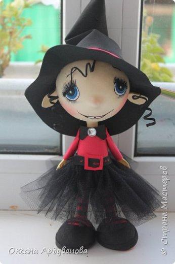 """Еще одна куколка из фоамирана.Как праздник Хэллоуин ни когда не отмечаем и вообще не одобряю.Но там такое поле для фантазии.что грех отказываться.Это всего лишь  девочка в костюме """"ведьмочки"""".В ход пошел уже и текстиль.юбка из фатина. фото 1"""
