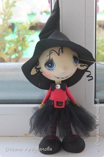 """Еще одна куколка из фоамирана.Как праздник Хэллоуин ни когда не отмечаем и вообще не одобряю.Но там такое поле для фантазии.что грех отказываться.Это всего лишь  девочка в костюме """"ведьмочки"""".В ход пошел уже и текстиль.юбка из фатина. фото 3"""