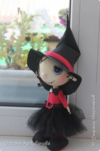 """Еще одна куколка из фоамирана.Как праздник Хэллоуин ни когда не отмечаем и вообще не одобряю.Но там такое поле для фантазии.что грех отказываться.Это всего лишь  девочка в костюме """"ведьмочки"""".В ход пошел уже и текстиль.юбка из фатина. фото 4"""