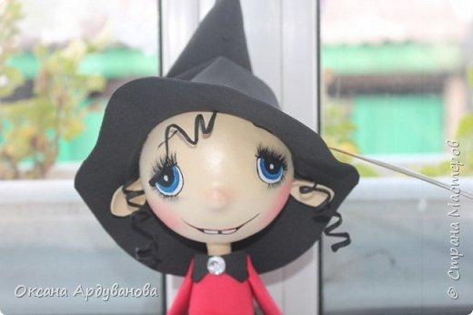 """Еще одна куколка из фоамирана.Как праздник Хэллоуин ни когда не отмечаем и вообще не одобряю.Но там такое поле для фантазии.что грех отказываться.Это всего лишь  девочка в костюме """"ведьмочки"""".В ход пошел уже и текстиль.юбка из фатина. фото 2"""