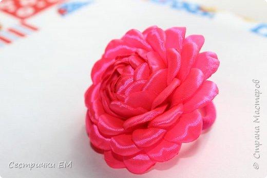 Уважаемые рукодельницы! Вашему вниманию предлагаем МК по изготовлению розочки на резиночках! Вы можете использовать такие розочки в изготовлении любых композиций! Такой цветок станет отличным украшением любого аксессуара! Мк содержит изготовление лепестка и сборку всего цветка! Не забывайте подписаться на наш канал!Приятного  просмотра! фото 2