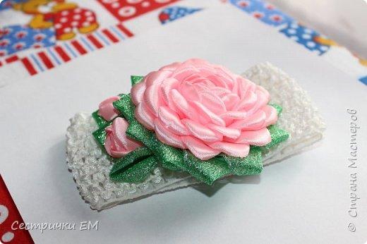 Уважаемые рукодельницы! Вашему вниманию предлагаем МК по изготовлению розочки на резиночках! Вы можете использовать такие розочки в изготовлении любых композиций! Такой цветок станет отличным украшением любого аксессуара! Мк содержит изготовление лепестка и сборку всего цветка! Не забывайте подписаться на наш канал!Приятного  просмотра! фото 3