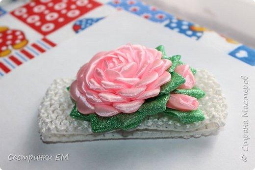 Уважаемые рукодельницы! Вашему вниманию предлагаем МК по изготовлению розочки на резиночках! Вы можете использовать такие розочки в изготовлении любых композиций! Такой цветок станет отличным украшением любого аксессуара! Мк содержит изготовление лепестка и сборку всего цветка! Не забывайте подписаться на наш канал!Приятного  просмотра! фото 4
