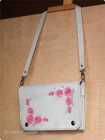 Здравствуйте! :) Мне надо было сделать сумочку для миниатюрной блондинки, которая обожает белый и розовый цвета. Вот что в итоге получилось: фото 1