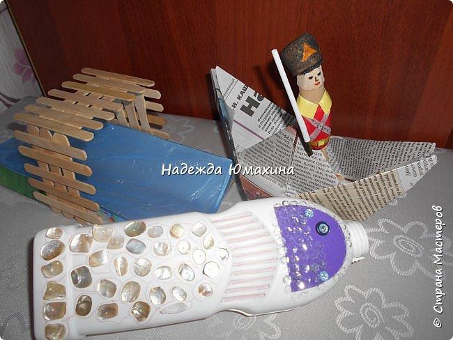 """Для группы сына задали сделать кукольный театр из бросовых материалов. Выбрали сказку Андерсена """"Стойкий оловянный солдатик"""".   """"На столе, где очутились солдатики, было много разных игрушек, но больше всего бросался в глаза чудесный дворец из картона. Сквозь маленькие окна можно было видеть дворцовые покои; перед самым дворцом, вокруг маленького зеркальца, которое изображало озеро, стояли деревца, а по озеру плавали и любовались своим отражением восковые лебеди.  Все это было чудо как мило, но милее всего была барышня, стоявшая на самом пороге дворца."""" фото 5"""