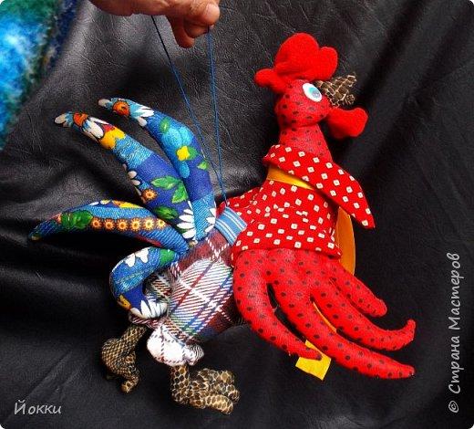 Следующий год по китайскому календарю - год Огненной Курицы или Петуха.  По этому поводу отшила меленькую серию, они примерно 20 см роста все. Материалы разные - бязь, фланель, органза и т.д. фото 5