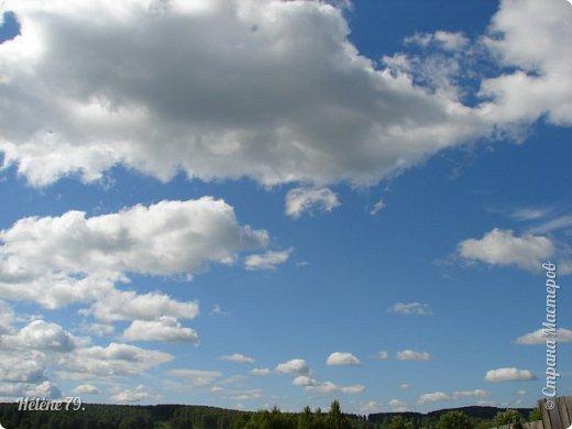Облака плывут свободно, Земля устлана цветами. На душе тепло, спокойно, Потому что лето с нами. Слышу жаворонков пенье, В небесах летают пташки. В сердце- радость и веселье, Собираю я ромашки. Устремляю взор свой дальше, Горизонт в дали так манит. Воздух свежий и прозрачный Ароматом трав дурманит.  (К. Бальмонт) фото 1