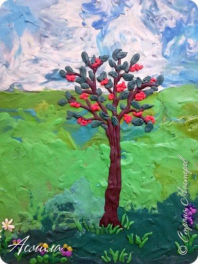 """Лето уходит, но остаются тёплые воспоминания о солнечных летних днях. Эта пластилиновая картина была создана детьми подготовительной группы в рамках проекта """"Деревья нашего участка"""" и явилась итогом того, что дети узнали. фото 3"""