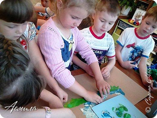 """Лето уходит, но остаются тёплые воспоминания о солнечных летних днях. Эта пластилиновая картина была создана детьми подготовительной группы в рамках проекта """"Деревья нашего участка"""" и явилась итогом того, что дети узнали. фото 5"""