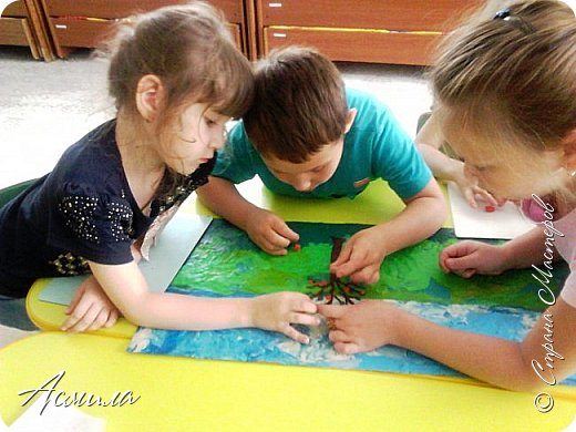 """Лето уходит, но остаются тёплые воспоминания о солнечных летних днях. Эта пластилиновая картина была создана детьми подготовительной группы в рамках проекта """"Деревья нашего участка"""" и явилась итогом того, что дети узнали. фото 8"""