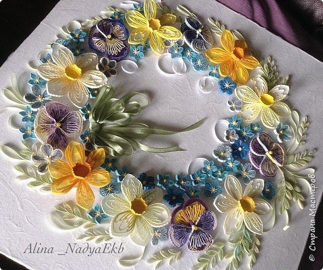 """Доброго времени, дорогие жители Страны Мастеров! Хочу показать несколько новых работ, делались они в разное время. Цветочный веночек собран из остатков цветочков, которые делались для работы, выложенной в предыдущем посте. Вдохновлялась квиллингом японских мастеров, конкретно, что я использовала для создания этой композиции, можно посмотреть здесь http://stranamasterov.ru/node/1036889. Букетик в корзинке собран из старых прошлогодних цветочков по картине Анастасии Бертовой """" Лето в корзинке"""" http://stranamasterov.ru/node/800626 Спасибо огромное, Настя, за вдохновение! Моя первая серьёзная работа, которую я сделала и выложила в Стране Мастеров тоже была создана по этой композиции. Ну а белый свадебный букет был собран по работе известного японского мастера Takako Kishi (Grace Roll), здесь можно её посмотреть http://stranamasterov.ru/node/1010555 Огоромное спасибо ей за великолепную композицию и вдохновение! Очень мне хотелось сделать этот букет белом цвете, как и в оригинале, и поскольку предыдущие две работы были подарены и у меня появилась белая бумага, то я взялась за дело и закончила её только сегодня. В процессе создания использовала корейские полоски шириной 1,5 и 2 мм.  фото 7"""