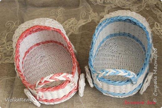 Плела белой писчей бумагой,она немного плотнее, поэтому плетется немного сложнее чем серой. В следующий раз для белых изделий буду красить трубочки. фото 1