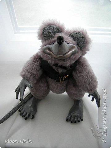 Знакомьтесь - крыс по имени Пасюк! :) Моя первая игрушка, выполненная в смешанной технике - голова и лапы из полимерной глины, туловище из искусственного меха. фото 24