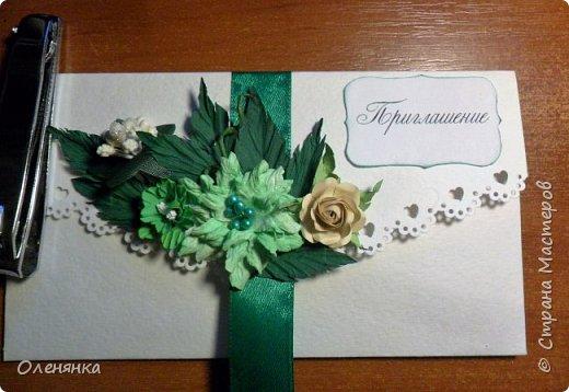приветствую всех жителей страны !  у меня сегодня приглашения на свадьбу 18 штук , заказала их крестная  моего внука .сами конверты  из бумаги для акварели  , цветочки , листочки самодельные  кроме          веточки  что слева . фото 3