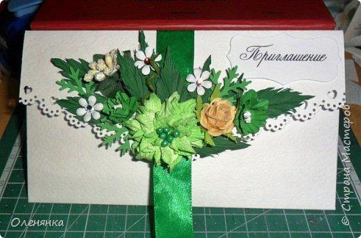 приветствую всех жителей страны !  у меня сегодня приглашения на свадьбу 18 штук , заказала их крестная  моего внука .сами конверты  из бумаги для акварели  , цветочки , листочки самодельные  кроме          веточки  что слева . фото 4