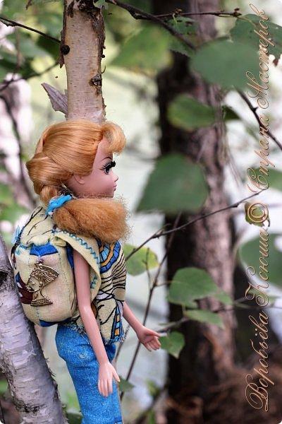 С тех пор как познакомились Олег и Надя прошло немало дней. Они еще не раз прогуливались по любимому парку, гуляли по родным улицам. И вот решили пойти в поход, немного попутешествовать и отдохнуть от городской суеты.  При подъеме на скалу они встретили девушку. Олег решил ей помочь и подал руку. фото 2