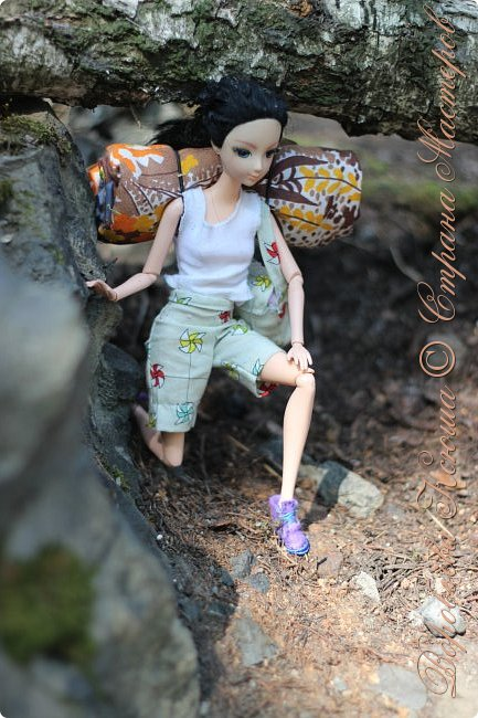 С тех пор как познакомились Олег и Надя прошло немало дней. Они еще не раз прогуливались по любимому парку, гуляли по родным улицам. И вот решили пойти в поход, немного попутешествовать и отдохнуть от городской суеты.  При подъеме на скалу они встретили девушку. Олег решил ей помочь и подал руку. фото 3