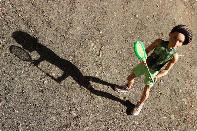 С тех пор как познакомились Олег и Надя прошло немало дней. Они еще не раз прогуливались по любимому парку, гуляли по родным улицам. И вот решили пойти в поход, немного попутешествовать и отдохнуть от городской суеты.  При подъеме на скалу они встретили девушку. Олег решил ей помочь и подал руку. фото 16
