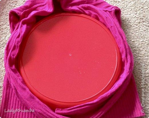 Всем привет!   Для тех, кто не любит выбрасывать вещи, я решила написать мини-МК. Шьем подушку из свитера.  Материалы: - свитер - нитки -ножницы - ручка - тарелка или поднос - оверлок или швейная машинка - полифил  фото 4