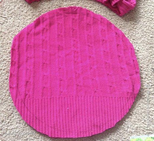 Всем привет!   Для тех, кто не любит выбрасывать вещи, я решила написать мини-МК. Шьем подушку из свитера.  Материалы: - свитер - нитки -ножницы - ручка - тарелка или поднос - оверлок или швейная машинка - полифил  фото 5