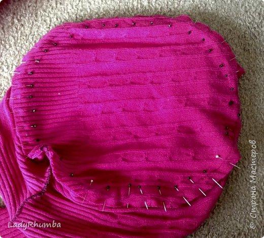 Всем привет!   Для тех, кто не любит выбрасывать вещи, я решила написать мини-МК. Шьем подушку из свитера.  Материалы: - свитер - нитки -ножницы - ручка - тарелка или поднос - оверлок или швейная машинка - полифил  фото 9