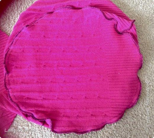 Всем привет!   Для тех, кто не любит выбрасывать вещи, я решила написать мини-МК. Шьем подушку из свитера.  Материалы: - свитер - нитки -ножницы - ручка - тарелка или поднос - оверлок или швейная машинка - полифил  фото 10